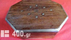 Χειροποίητο ξύλινο κουτί με μαρκετερί από φύλλα μπρούντζου.