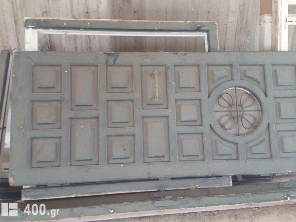 Παλιά παντζούρια παράθυρα και κεντρική πόρτα εισοδου